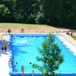 Pensjonat Soplicowo –  widok na odległy o 20m basen miejski
